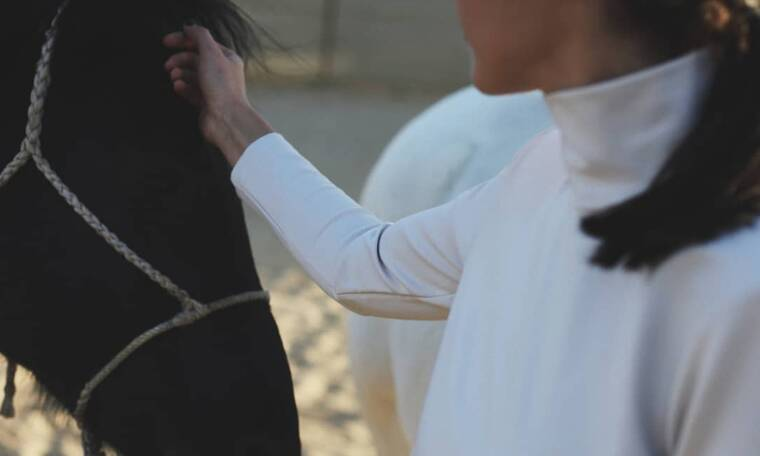 Η ηθοποιός ποζάρει με μαγιό και μας δείχνει τη φουσκωμένη της κοιλίτσα (photos)