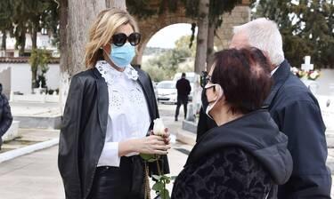 Σάσα Σταμάτη: Ράκος η παρουσιάστρια στην κηδεία του πατέρα της (photos)