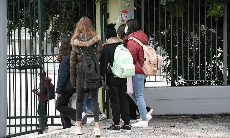 Σχολεία: H κυβέρνηση εισηγείται να ανοίξουν και οι τρεις τάξεις του Λυκείου