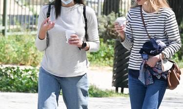 Take Away: Αγαπημένη ηθοποιός βγήκε για καφέ στο χέρι με θέα την Ακρόπολη