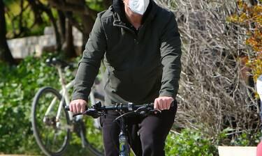 Βόλτα με το ποδήλατο, λίγες ημέρες μετά τον ερχομό του δεύτερου παιδιού του