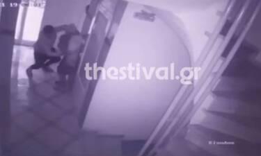Θεσσαλονίκη - Βίντεο ντοκουμέντο: Ληστής χτύπησε ηλικιωμένη μπροστά στον γιο της