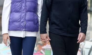 Πιασμένοι χέρι - χέρι βόλταραν ερωτευμένοι στην Γλυφάδα!