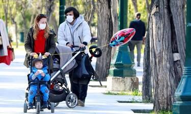 Παπαληγούρα - Πάντος: Οικογενειακή βόλτα με τους γιους τους στο Ζάππειο