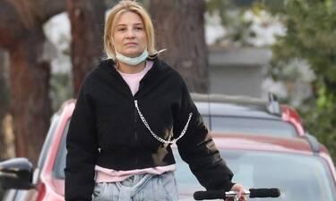Σκορδά: Casual και χωρίς ίχνος μακιγιάζ στη Γλυφάδα! Το mom fit τζιν της που θα λατρέψεις