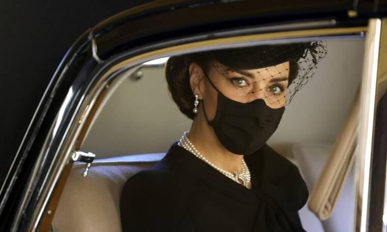 Κηδεία πρίγκιπα Φίλιππου: Επιβλητική η Κέιτ Μίντλετον - Το βασιλικό dress code (pics)