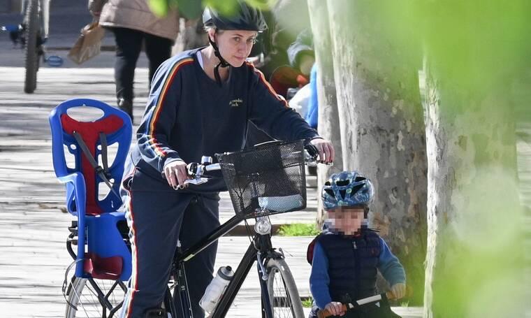 Σία Κοσιώνη: Η πιο σπορ εμφάνισή της ever! Μαθαίνοντας ποδήλατο στον γιο της!