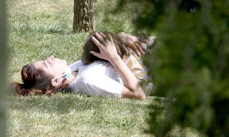 Κατερίνα Παπουτσάκη: Το τρυφερό στιγμιότυπο με το παιδί της - Αγκαλιά στο γρασίδι