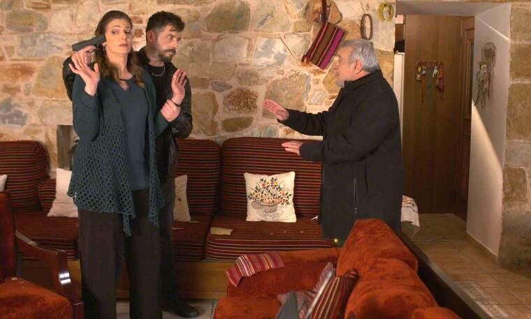 Χαιρέτα μου τον πλάτανο: Ομαφιόζος από το παρελθόν του Παρασκευά έχει εισβάλει στο σπίτι του