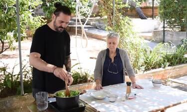 Γιώργος Μαζωνάκης: Δείτε τη μητέρα του να φτιάχνει μαγειρίτσα με τον γαμπρό της, Δημήτρη Μακρυνιώτη!