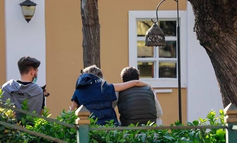 Η τρυφερή αγκαλιά στο παγκάκι και οι selfies - Αναγνωρίζετε τον Έλληνα τραγουδιστή;