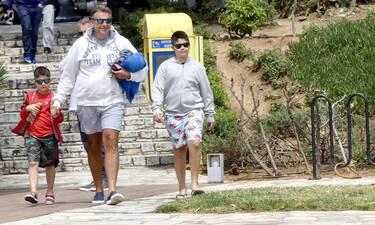 Γιώργος Λιάγκας: Για ανοιξιάτικες βουτιές με τους γιους του στη Γλυφάδα!