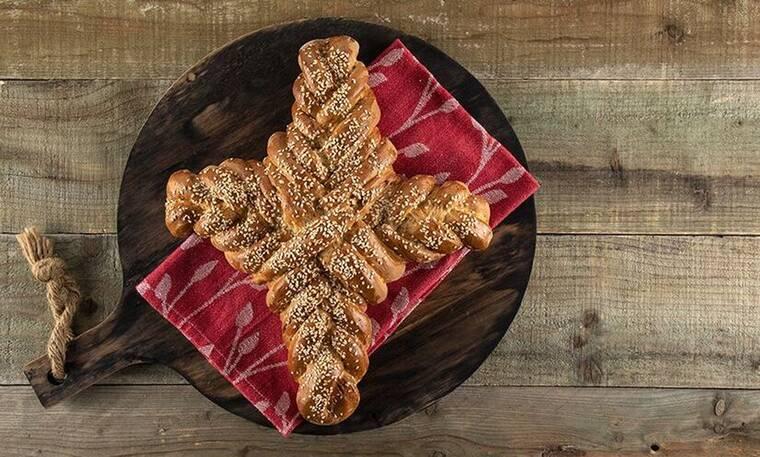 Ψωμί σταυρός από τον Άκη Πετρετζίκη