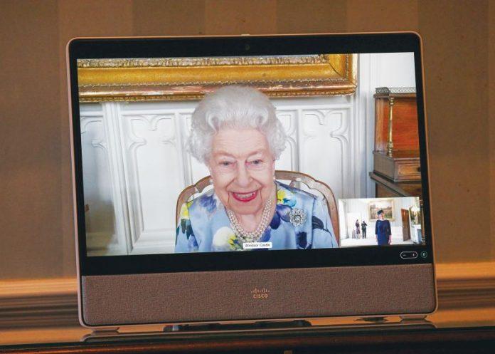 Βασίλισσα Ελισάβετ: «Πέταξε» τα μαύρα και επέστρεψε στα καθήκοντά της με φλοράλ ρούχα και κραγιόν