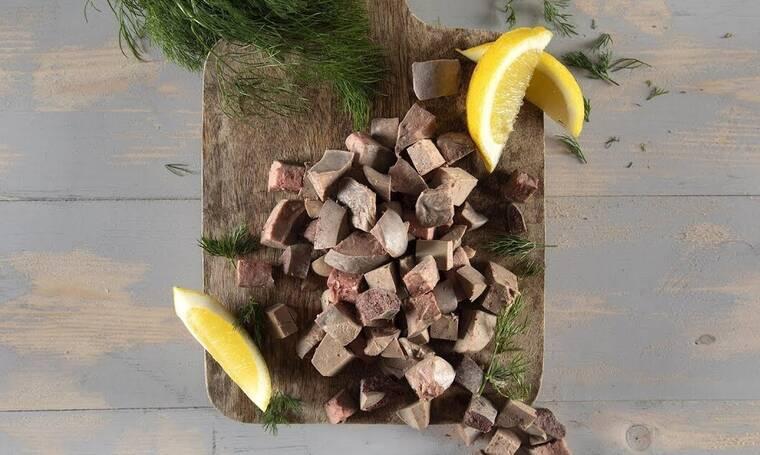 Ο Άκης Πετρετζίκης μας δείχνει πώς ετοιμάζουμε τη συκωταριά