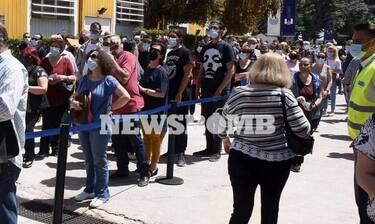 Ρεπορτάζ Newsbomb.gr: Κοσμοσυρροή και καθυστερήσεις στο εμβολιαστικό κέντρο Περιστερίου