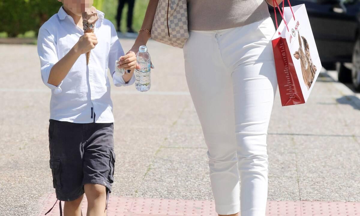 Μαμά και γιος αχώριστοι! Φόρεσαν τα καλοκαιρινά τους και βγήκαν για παγωτό!