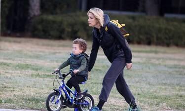 Βίκυ Καγιά: Σπάνια εμφάνιση με φόρμες! Μαθαίνοντας ποδήλατο στον γιο της (photos)