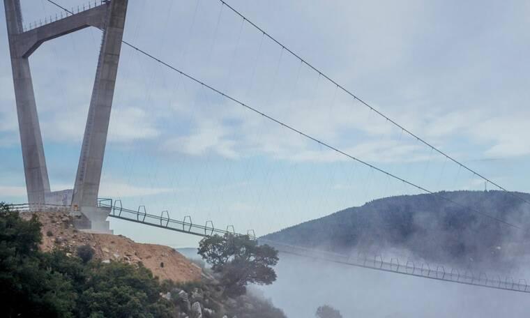 H μεγαλύτερη κρεμαστή γέφυρα πεζών στον κόσμο κόβει κυριολεκτικά την ανάσα (photos)
