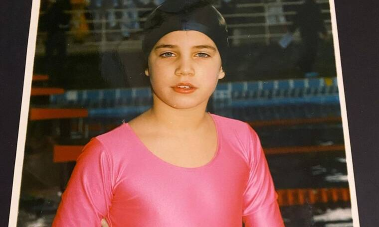 Αναγνωρίζεις τη διάδημη Ελληνίδα τραγουδίστρια στο κοριτσάκι της φωτογραφίας;