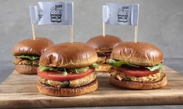 Burger σολομού από τον Άκη Πετρετζίκη!