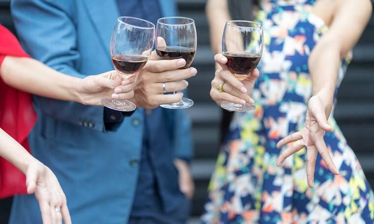 Αλκοόλ: Με ποιο τρόπο διευκολύνει τη μετάδοση του κορονοϊού