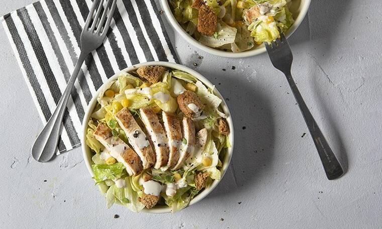 Light ceaser salad από τον Άκη Πετρετζίκη