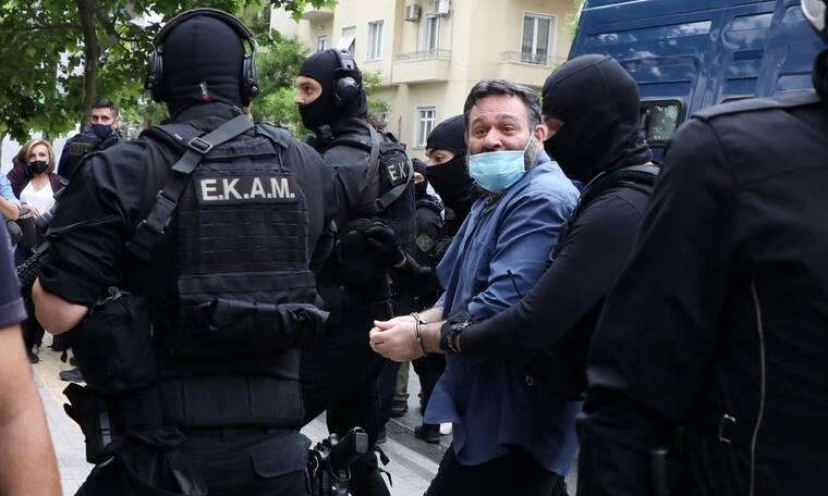 Ρεπορτάζ Newsbomb.gr- Γιάννης Λαγός: Έφτασε στην Ελλάδα- Με χειροπέδες από το αεροδρόμιο στο Εφετείο