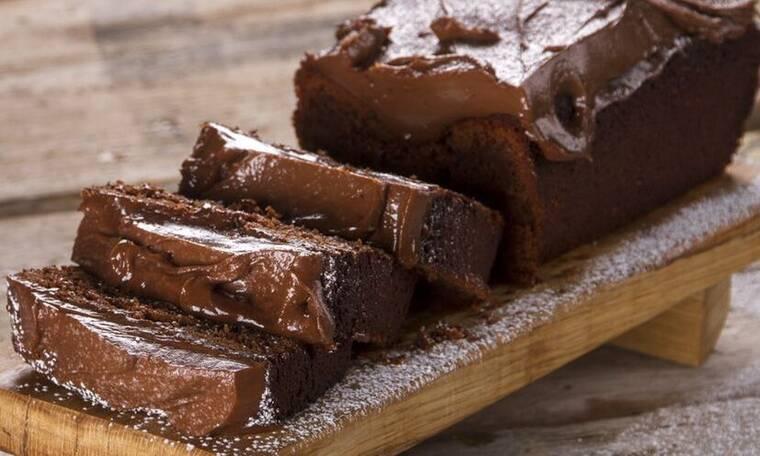 Φτιάξτε το πιο λαχταριστό κέικ με 3 υλικά όπως ο Άκης Πετρετζίκης