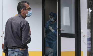 Κορονοϊός - Βατόπουλος: Δύσκολα θα πετάξουμε τις μάσκες - Τι είπε για τα προνόμια των εμβολιασμένων