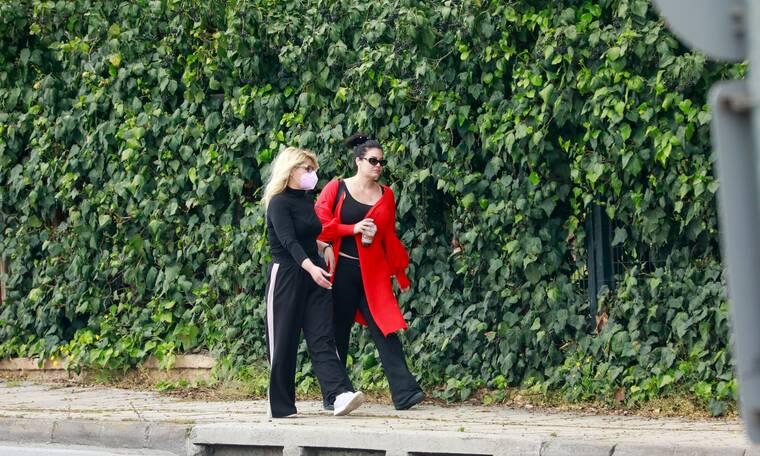 Μαρία Κορινθίου: Βιαστική και με casual looκ στη νέα της έξοδο με τη φίλη της!