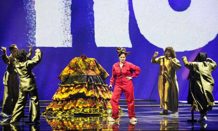 Eurovision 2021 Τελικός: Ρωσία: Η ερμηνεύτρια βγήκε μέσα από μια παραδοσιακή φορεσιά
