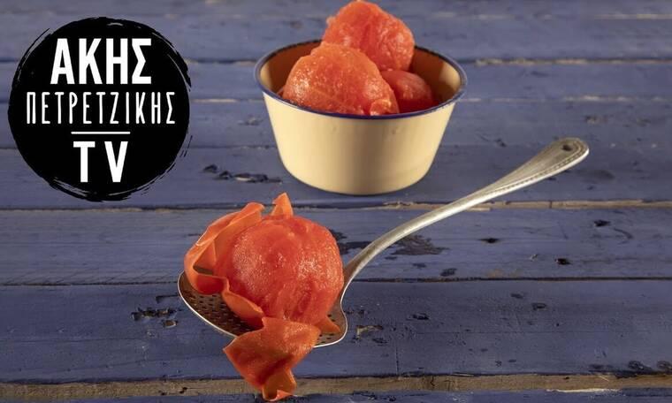 Πώς ξεφλουδίζουμε ντομάτες- Ο Άκης Πετρετζίκης μας δείχνει τον τρόπο