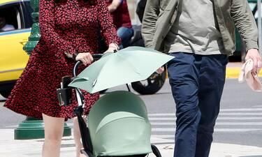 Οι νέοι γονείς με άψογο στυλ στο κέντρο της Αθήνας! Ξεκίνησαν τις βόλτες με την κορούλα τους