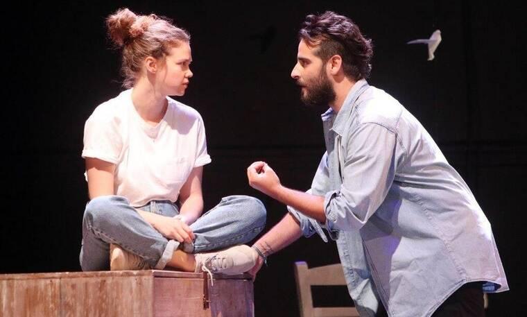 Οι κάτω απ' τ' αστέρια: Ο φωτογραφικός φακός βρέθηκε στην πρεμιέρα της θεατρικής παράστασης