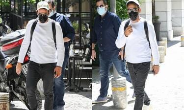 Αναγνωρίζετε τον πασίγνωστο Έλληνα τραγουδιστή πίσω από τη μάσκα και τα γυαλιά ηλίου;