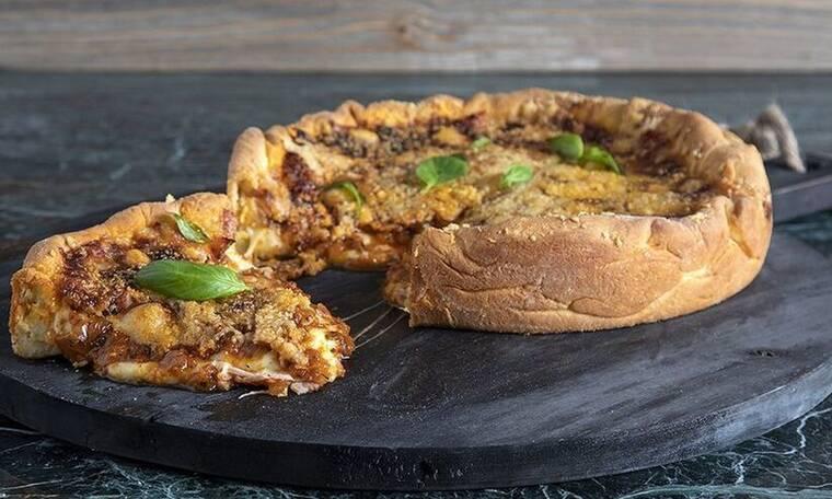 Φτιάξτε την πιο νόστιμη πίτσα Σικάγο από τον Άκη Πετρετζίκη