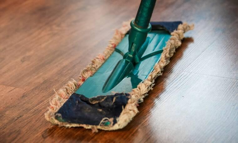Το κόλπο για να στεγνώνει πιο γρήγορα το πάτωμα μετά το σφουγγάρισμα