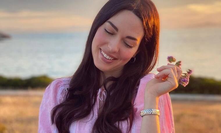 Ισμήνη Νταφοπούλου: Παιχνίδια στην άμμο με την κόρη της (pics)