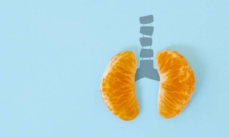 Οι τροφές που «καθαρίζουν» τους πνεύμονες και διευκολύνουν την αναπνοή (video)
