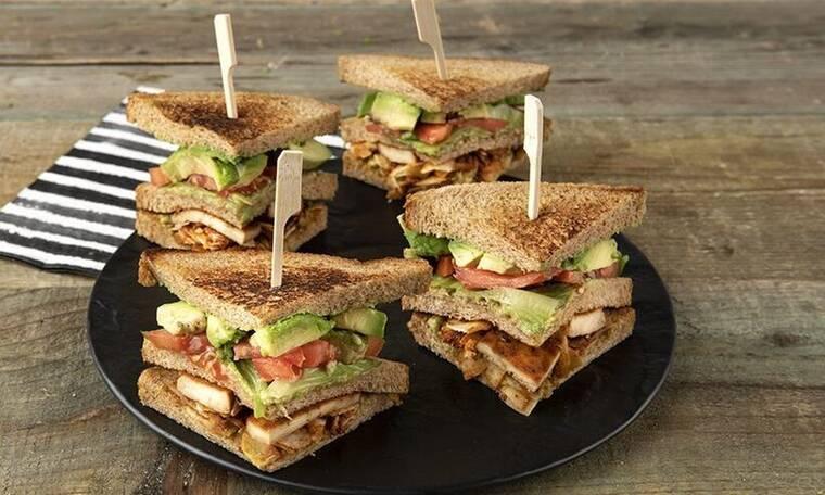 Vegetarian κλαμπ σάντουιτς από τον Άκη Πετρετζίκη