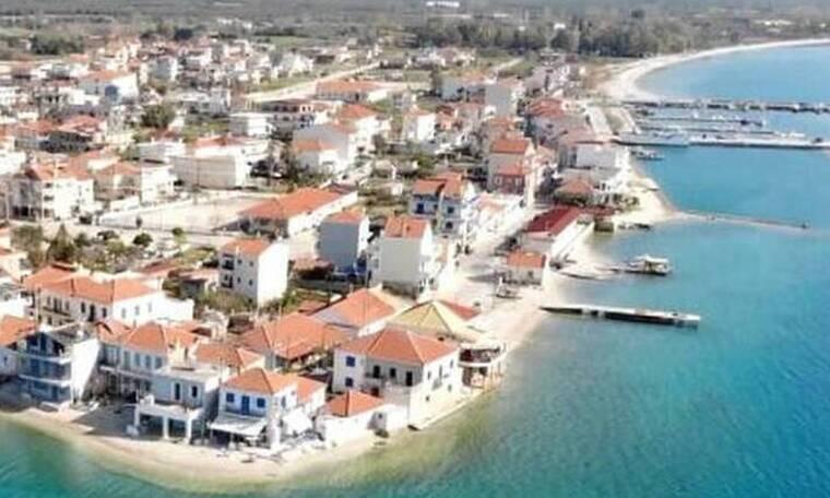 Μαγεία: Πού βρίσκεται το ελληνικό χωριό που «επιπλέει» στο νερό;