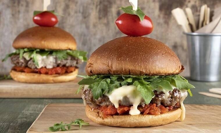 Italian burger από τον Άκη Πετρετζίκη