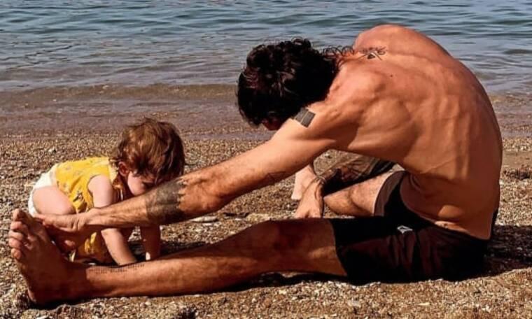 Eλληνίδα ηθοποιός φωτογραφίζει την κόρη και τον σύζυγό της στην παραλία