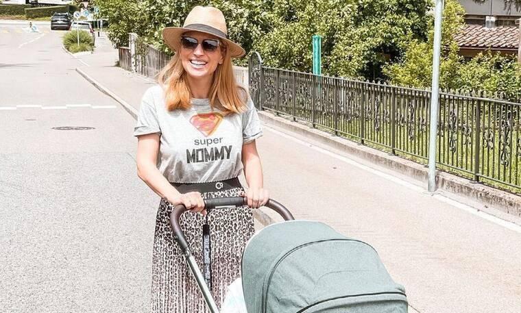 Μαρία Ηλιάκη: Θηλάζει τη νεογέννητη κόρη της (Photos)