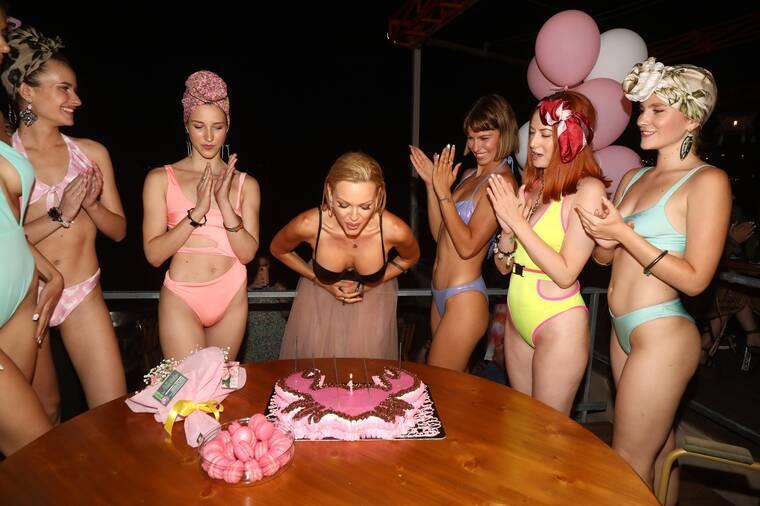 Βίκυ Κάβουρα: Ανήμερα των γενεθλίων της γιόρτασε λανσάροντας τη νέα της σειρά με μαγιό!
