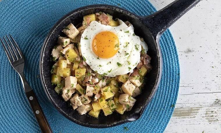 Φτιάξτε τηγανιά με κοτόπουλο, πατάτες και αβγά όπως ο Άκης Πετρετζίκης