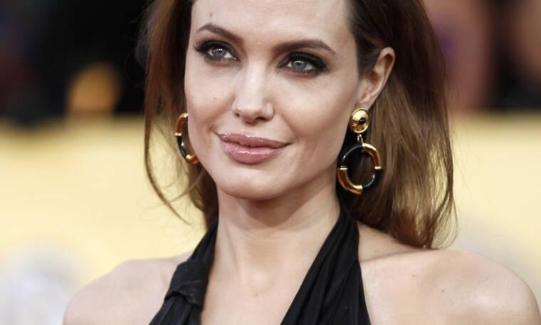 Η Angelina Jolie είναι ερωτευμένη ξανά με διάσημο τραγουδιστή, μικρότερο κατά 15 χρόνια (photos)