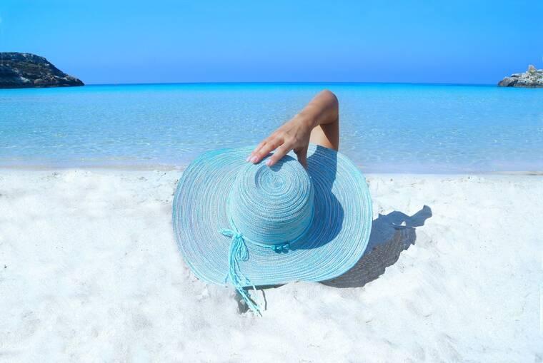 Ετοιμάσου για τις καλοκαιρινές διακοπές. 3+1 πράγματα που θα σε στείλουν διακοπές λαμπερή