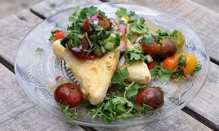 Τυρί σαγανάκι με σάλτσα από ντοματίνια - Μια υπέροχη συνταγή από τον Άκη Πετρετζίκη